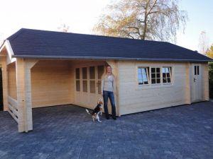Blokhut W 440X340 cm + luifel 300 cm en aanbouw opgebouwd